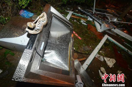 在爆炸源对面的空地上,抽油烟机、水管等杂物散落一地。 韦亮 摄