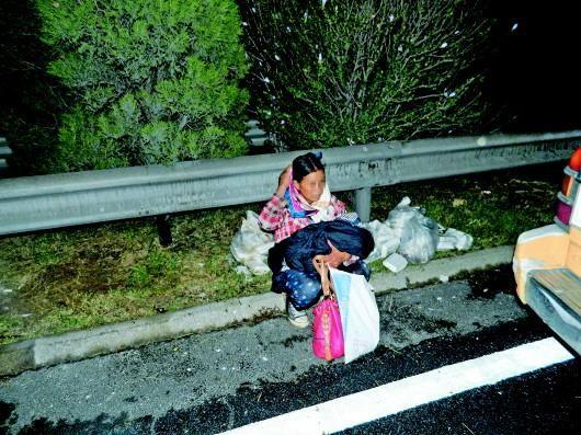 路政人员赶到时,产妇抱着孩子坐在路边。