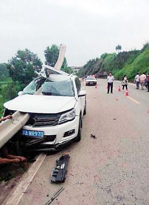 事故车被路边护栏刺穿(图片来源网络)