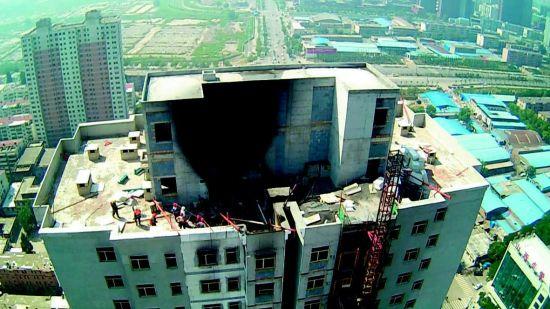 和平南路一栋在建高层住宅楼顶部突发大火