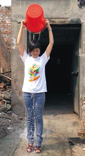 """昨日下午,央视主持人张泉灵参与""""冰桶挑战赛""""。图片来自微博"""