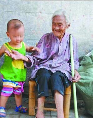 老人依旧乐观面对生活(资料图片)