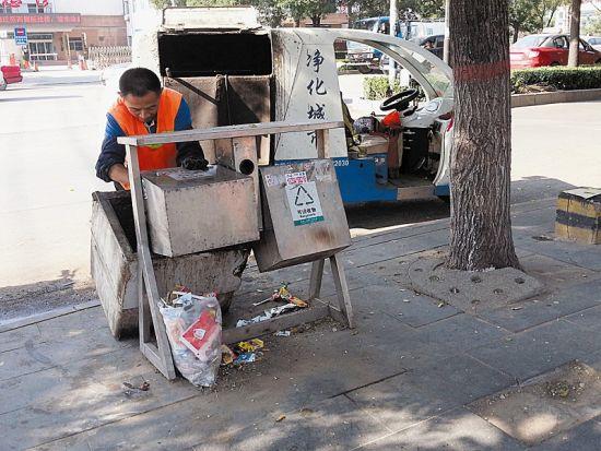 环卫工清理垃圾桶里的垃圾