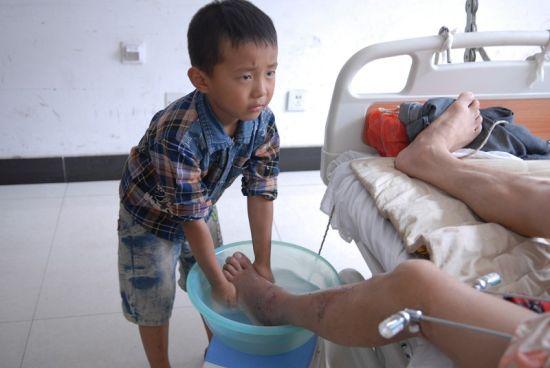 小宇佳在给病床上的爸爸洗脚