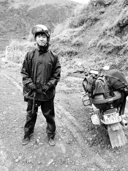 耿星在救援的路上,旁边停放着他在昭通一直拉人又拉货的摩托车