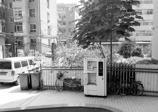 8月24日,太原市某小区内的一台自动售水机柜门打开,暴露在户外,距离它仅一两米处摆放着好几只生活垃圾桶。记者 范非摄