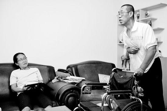李萍(左)讲述王荣义(右)与病魔抗争的故事。