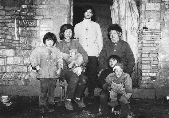 1987年12月底,楼小英夫妇和5个孤儿的合影。陈少华摄