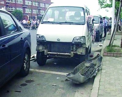 被撞受损的路边停放车辆。