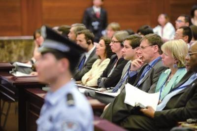 昨天,外国使节旁听涉外知识产权案庭审。京华时报记者潘之望摄