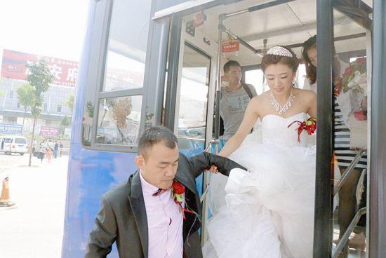 图为新郎新娘携手走下公交车