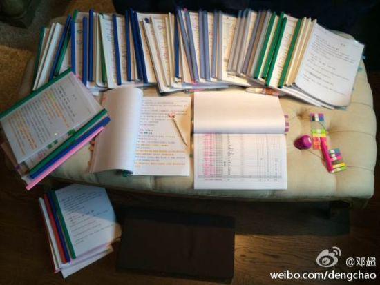 凳子上铺满了剧本,全是红红的笔记