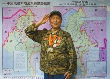 李重培和他绘制的远征军作战地图合影。