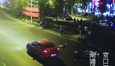 路口监控只能看到一辆无牌摩托车摔倒在地