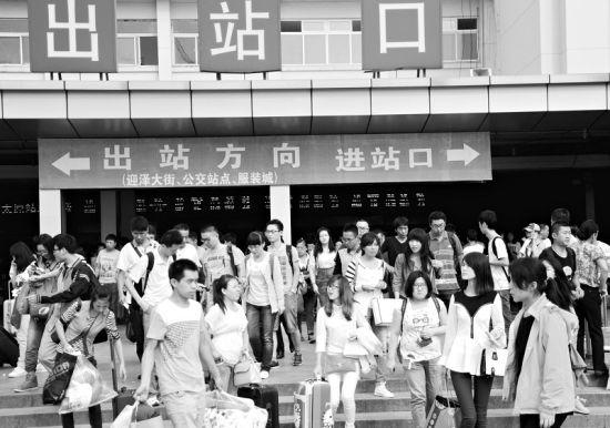 太原火车站小长假期间人流量大。