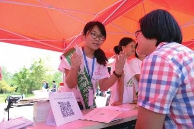 大学生志愿者为新生讲解注册方式(资料图片)