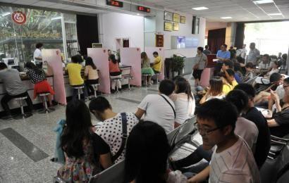 ▲9月9日,成都金牛区民政局婚姻登记处内,挤满了排队领证的新人。