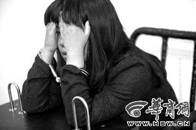 昨晚,嫌疑人朱某面对镜头痛哭流涕 华商报记者 赵航 摄