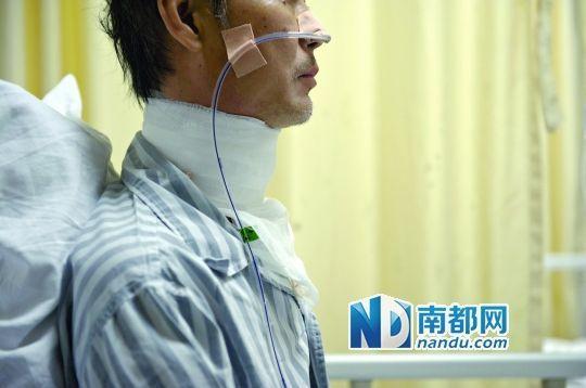 伤者颈部被纱布包扎。南都记者 梁炜培 摄