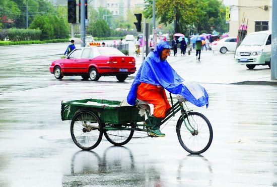 雨中骑行 山西青年报记者 康乐 摄