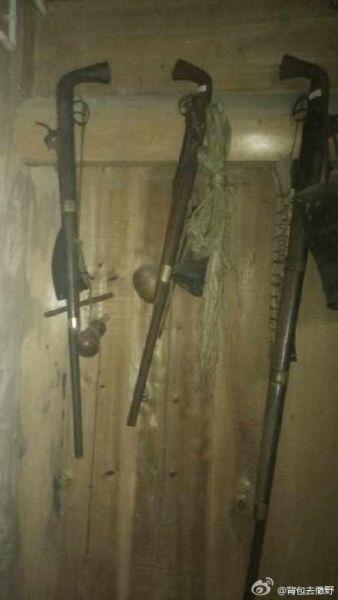 在村支书家里玩短枪。