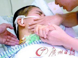 护理人员为龚琪拭去脸颊的泪水。