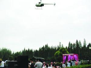直升机在空中盘旋