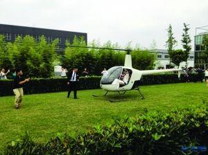 新郎迎接乘直升机来的新娘 网络图片
