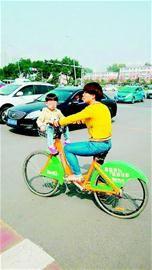 孩子看上去只有四五岁,如遇突然刹车可能会遇到危险。
