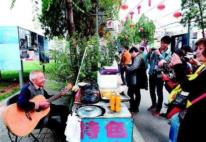 9月21日,武思英老人抱着吉他自弹自唱。