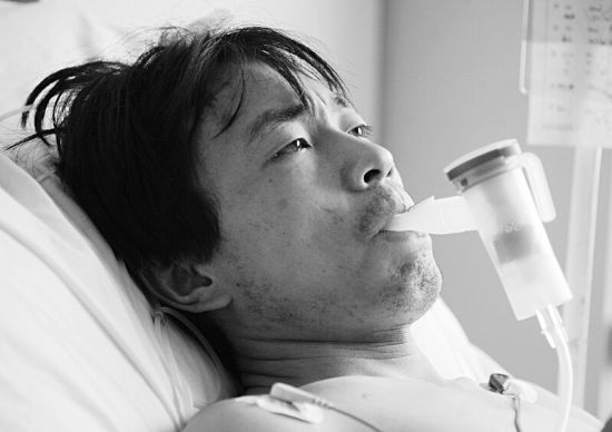 26岁的刘平躺在病床上,4根肋骨骨折,眼中含着泪水。