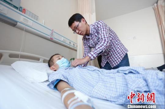 这几天,王小俊为了弟弟后续治疗费用的事四处求助。