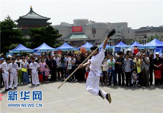 5月19日,观众在活动现场欣赏武术表演。当日是中国旅游日。新华社记者 刘潇 摄