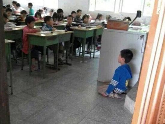 网曝四川一小学生被逼向全班下跪照片