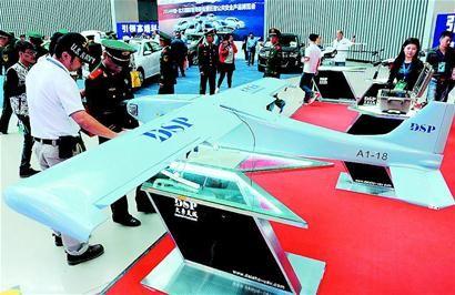展出的警用无人驾驶固定翼飞机 牛晨阳 乔磊 摄