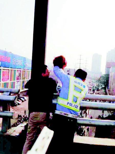图片由过路群众拍摄,交警部门提供