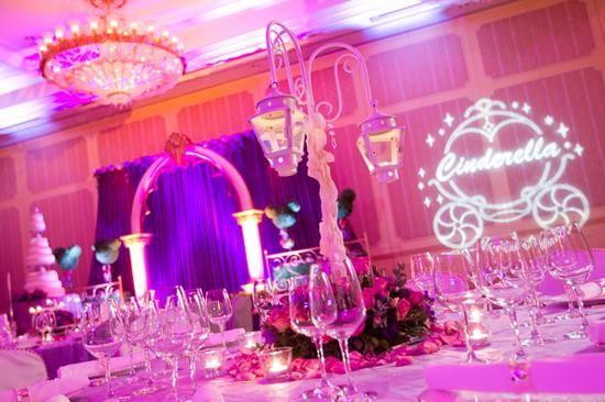 香港迪士尼乐园度假区的婚礼宴会厅可以举行三种主题的婚宴:灰姑娘