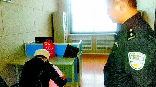 刘某(左)抱着被解救的儿子。小图为薛某。记者 苏洪印 摄