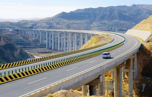 10月16日,一辆汽车行驶在岢(岚)临(县)高速公路上。山西日报记者 王彦军摄