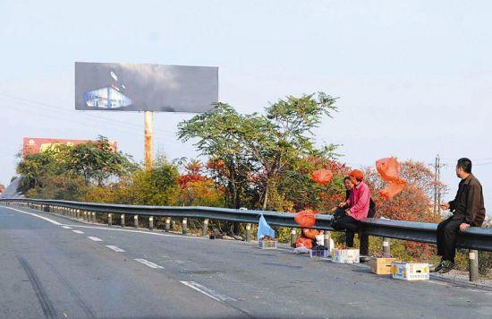 瞧这几位,为招揽生意,高速路边摇红色塑料袋