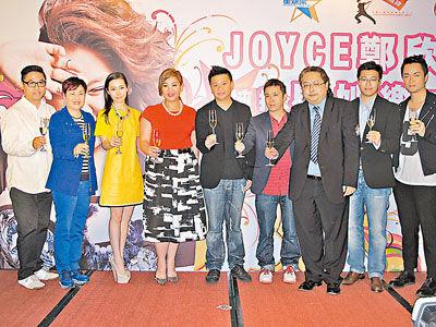 郑欣宜(左四)昨天到海洋公园出席加盟星娱乐记者会。