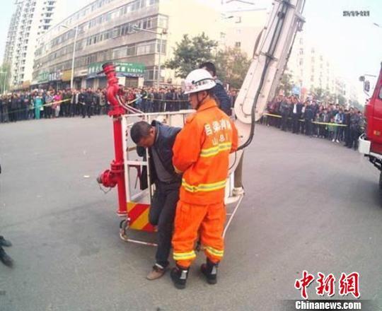 包工头吴某被救下。 警方供图 摄