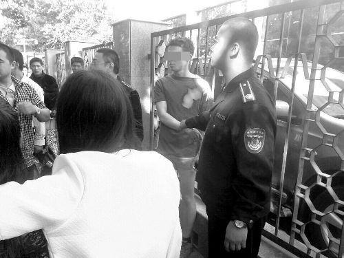外籍男子(右二)已被抓住。目击者/供图