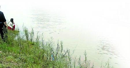 """重庆商报讯 前女友和现女友落水,到底该救谁?昨日下午,巴南区滨江路(简称""""巴滨路"""")龙洲湾段,一名年轻男子用行动回答了这个问题,不幸的是,1名女子因为这个答案付出了生命的代价……"""