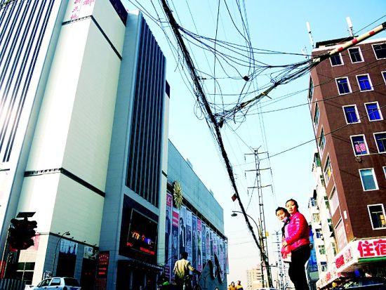 十字路口上方电线纵横。