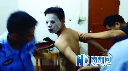嫌犯叶某国在珠海被抓时,正在若无其事地做面膜。南都记者 罗煜明 翻拍