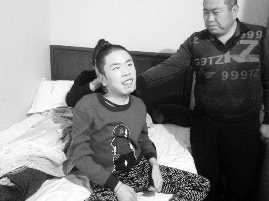 振宇在父母的帮助下艰难地坐起来,准备给大家唱歌。 王清文/图