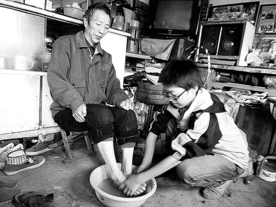 李宝在给父亲洗脚
