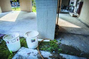 小区楼道的消防栓旁边长期摆放着接水的水桶。