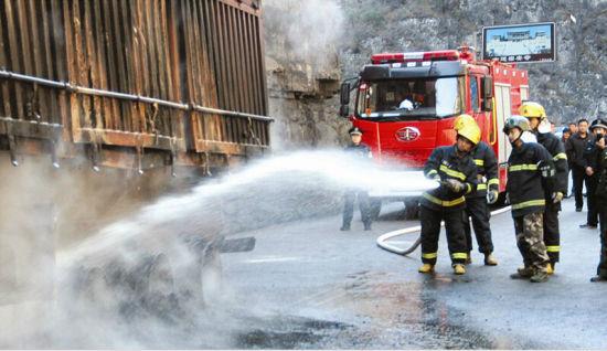 消防人员救火